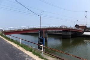 舗装工事を終えて開放された勢田川の左岸堤防道路から望む勢田大橋