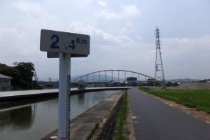 舗装工事を終えて開放された勢田川の左岸堤防道路