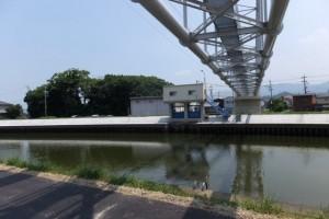 舗装工事を終えて開放された勢田川の左岸堤防道路から望む水管橋