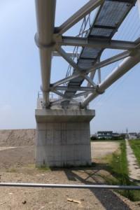 舗装工事を終えて開放された勢田川の左岸堤防道路から望む水管橋の橋台