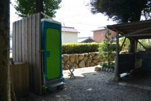 志等美神社・大河内神社(共に豊受大神宮摂社)の御造替(修繕?)に際し、上社の境内の隅に準備された仮設トイレ