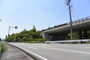 左側に伊勢自動車道(園相神社〜伊勢に佇む 王朝浪漫の夢見宿 斎王の宮)