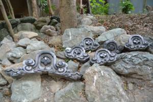 河邊七種神社の境内の隅に置かれた鬼瓦(伊勢市河崎)