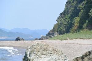 神前海岸(伊勢市二見町松下)から遠望する潜島の鳥居