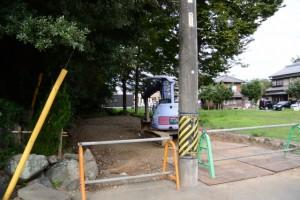 お堀を埋め立てた駐車場はまだまだ工事中(上社)