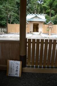拝殿から望む仮遷座中の本殿(賀多神社)