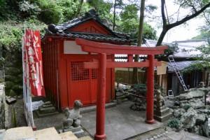 立札が立て替えられた豊栄稲荷神社(賀多神社)