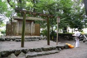 測量作業中の打懸神社(豊受大神宮末社)