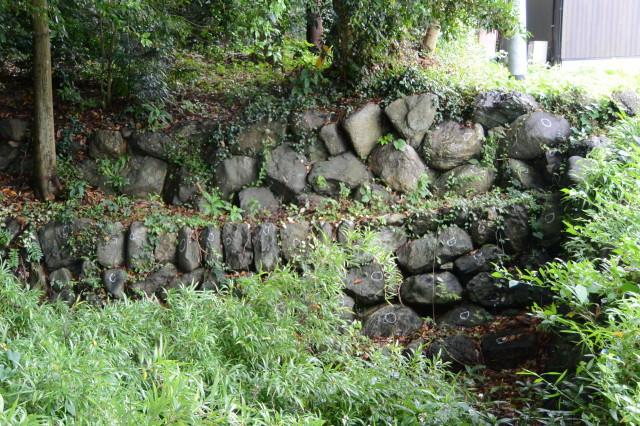 白円印が付けられお堀の積み石(上社)
