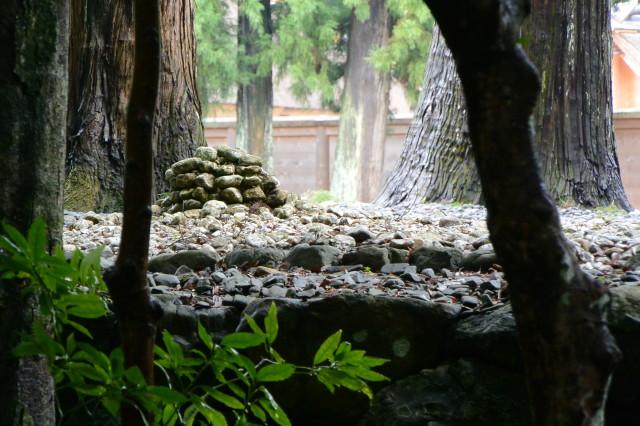 古殿地にある積み石(外宮)