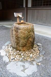 神楽殿前の手水石(外宮)