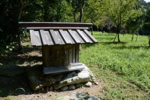 「粟皇子神社迄 その先100m」の案内板付近の祠