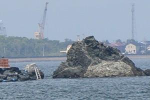 大注連縄張替神事のために注連縄が外された夫婦岩