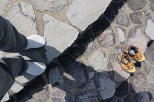 粟皇子神社へ向かう途中、湿地帯にて濡れた足元を乾かす