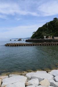 二見浦海岸 突堤から遠望した夫婦岩