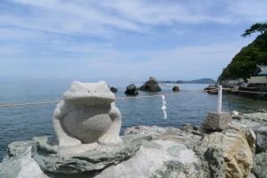 カエルと夫婦岩(二見興玉神社)