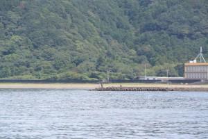 橋梁工事による仮設橋より望む神前海岸