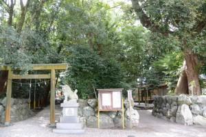 上社の参道(左)および志等美神社・大河内神社(共に豊受大神宮摂社)ほか