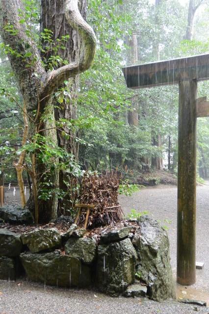 上棟祭の翌日、雨の松下社(伊勢市二見町松下)
