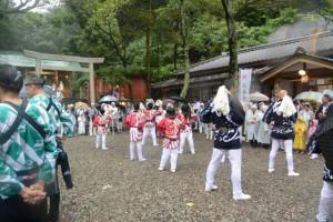 お木曳終了後の踊りと木遣り(賀多神社)