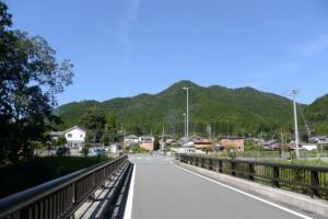 金輪橋(藤川)から望む雨ヶ岳方向