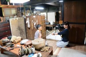 MCTVのインタビューを受ける館長の柳田さえ子さん(むかしのくらし博物館にて)