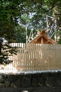 新社殿の屋根に鏑矢と雁股矢、志等美神社・大河内神社(豊受大神宮摂社)