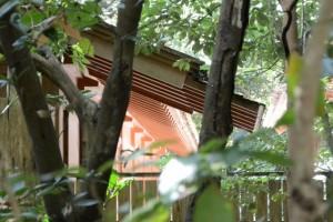 忌火屋殿の裏側に延びる屋根(外宮)