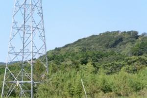 ふるさと農道(磯部町)から遠望する鸚鵡岩展望台方向