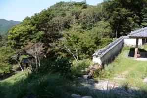 鸚鵡岩の前から望む語り場と聞き場