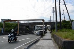 JR関西本線の高架(木崎町交差点付近)