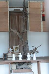 (5)-1 小堂内に祀られている枯れ木