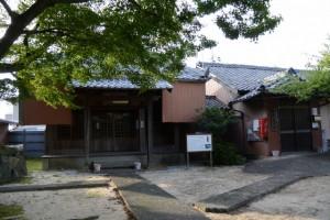 慈眼寺と中野公民館(津市一身田中野)