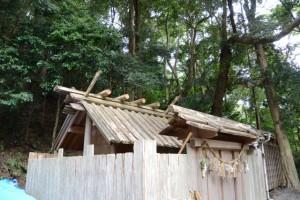 銅板は使用されていない現在の社殿(松下社)