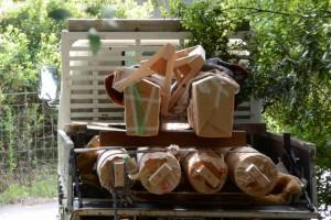 拝殿前の新しい鳥居の御用材の搬入(松下社)