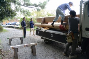 参道入口の新しい鳥居の御用材の搬入(松下社)