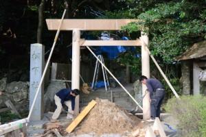 御造替を終える参道入口の鳥居(松下社)