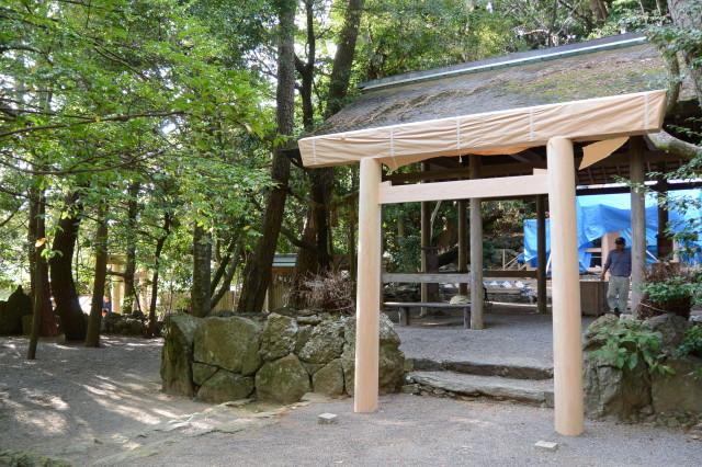御造替を終えた拝殿前の鳥居(松下社)