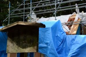 銅板葺き作業中、本殿の屋根(松下社)