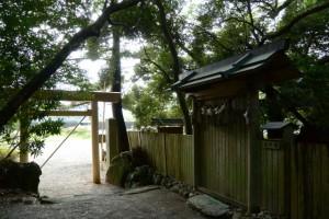 建て替えを終えた参道入口の鳥居(松下社)