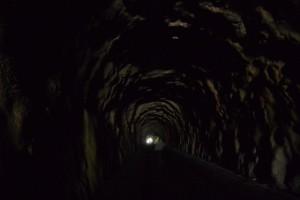 手掘りの様子がよくわかる野見坂隧道