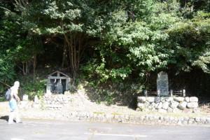 野見坂隧道入口(南勢町側)付近の役行者像、常夜燈ほか