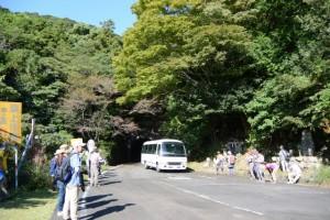野見坂隧道入口付近(南勢町側)よりバスで出発