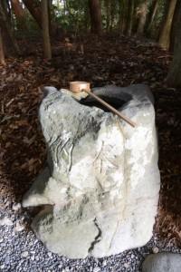 柄杓が準備されている久具都比賣神社の手水石(皇大神宮摂社)