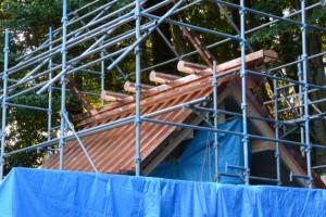 銅板が葺かれた新しい本殿の屋根(松下社)