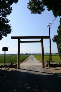 参道入口の鳥居が建て替えられた神服織機殿神社(皇大神宮所管社)