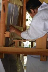 荒妙の奉織作業(神麻続機殿神社)