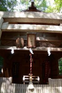 「河邊七種神社 仮殿」となっている吉家(稲荷)神社