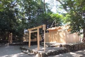 新社殿の屋根に鏑矢と雁股矢、打懸神社(豊受大神宮末社)