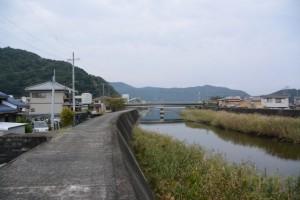 村山川左岸から望む下流側、港橋方向